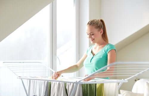 Une femme étendant ses vêtements pour éviter l'odeur d'humidité