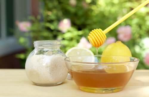 Une préparation à base de miel et de sucre pour éclaircir votre peau en cas de coups de soleil