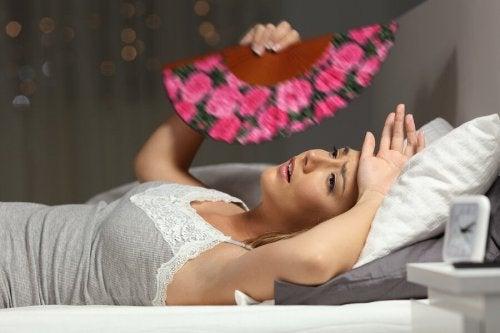 Une femme fatiguée à cause de la canicule