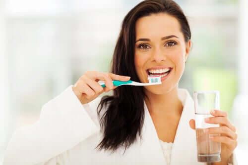 Il est essentiel de bien se brosser les dents pour éviter les caries dentaires