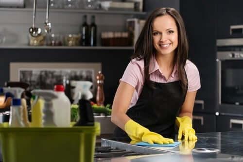 Une femme en train de nettoyer les taches de sa cuisine