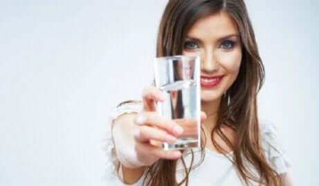 Seorang wanita memegang segelas air
