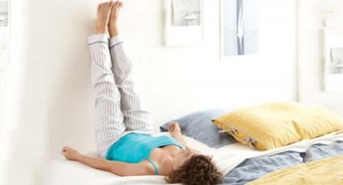 Une femme qui lève ses jambes pour soulager les chevilles enflées