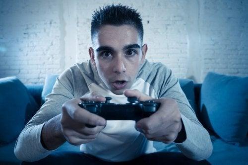Un adolescent est absorbé par son jeu vidéo