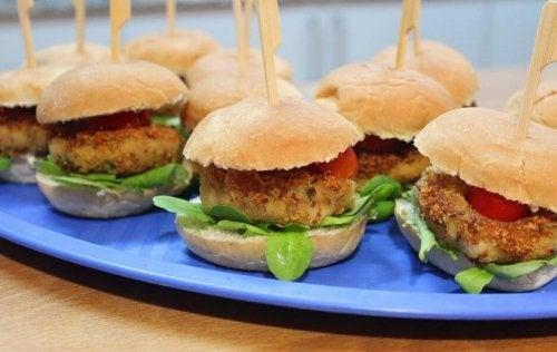 Un plat de mini-hamburgers