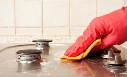 Nettoyer les taches sur les plaques de cuisson avec du dégraissant