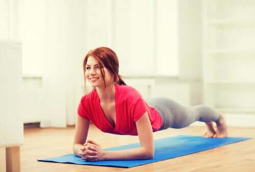 Réaliser la planche pour se gainer et travailler les muscles abdominaux