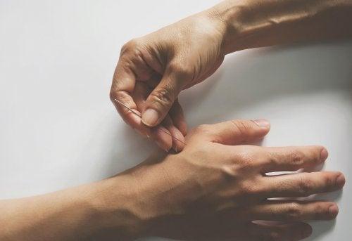 Un point d'acupuncture dans la main pour soulager les douleurs articulaires