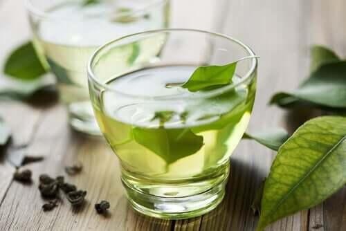 Combattre l'indigestion avec du thé vert