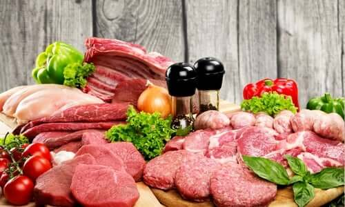 Un assortiment de viandes découpées et préparées