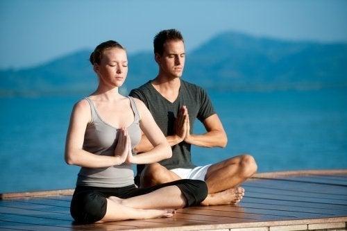Faire du yoga en couple pour renforcer la relation