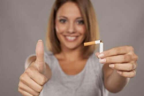 Une femme qui veut arrêter de fumer grâce à des gommes à la nicotine