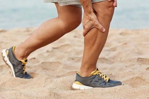 Un homme se tenant le mollet à cause de la douleur provoquée par le syndrome des loges