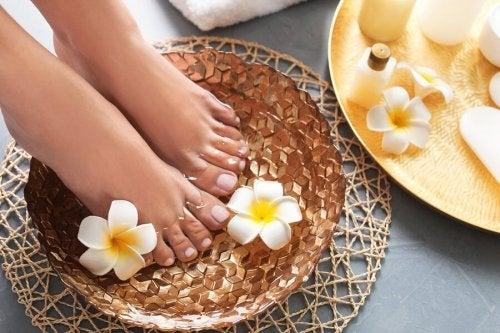 Un bain thérapeutique pour adoucir les pieds