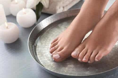 4 préparations de bains pour adoucir les pieds