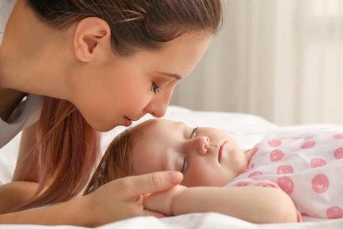 Une mère et son bébé qui dort