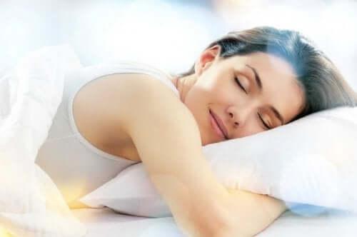 Une femme dormant paisiblement accumulant les heures de sommeil