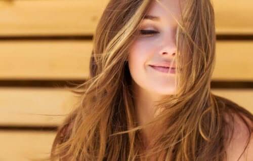 Une femme avec des cheveux en bonne santé grâce à l'huile de coco et l'argile