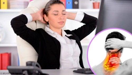 Une femme au bureau avec une douleur dans le cou