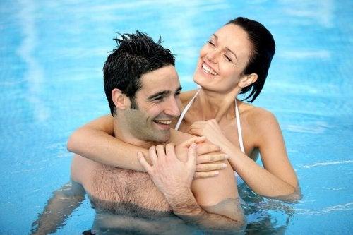 Un couple qui se baigne dans une piscine