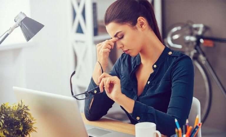 Une femme fatiguée au travail manquant d'heures de sommeil