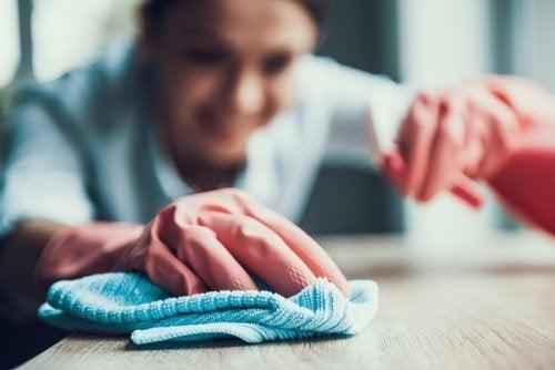 Comment utiliser un dégraissant pour nettoyer les taches