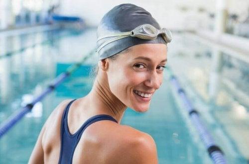 Une femme qui souhaite protéger les cheveux du chlore avec un bonnet de bain