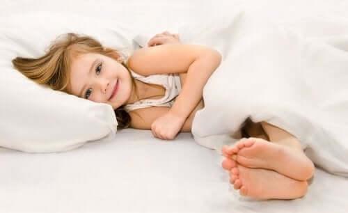 Une petite fille dans un lit