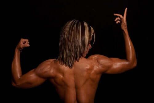 Les muscles du dos d'une femme