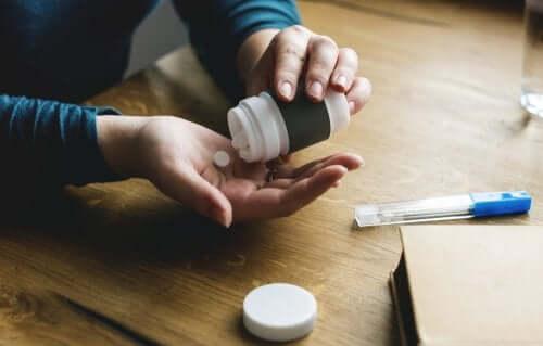 Une personne prenant des pilules pour remédier à l'aphonie