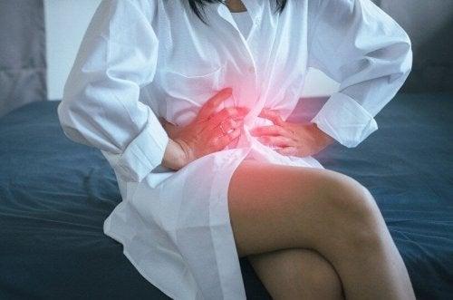 Une femme subissant le reflux gastro-oesophagien