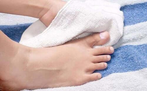 Bien sécher ses pieds pour éviter l'apparition d'un ongle incarné