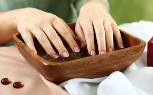 Un traitement pour soigner les ongles cassants