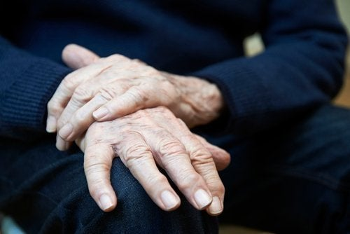 Tremblement essentiel : symptômes, causes et traitements