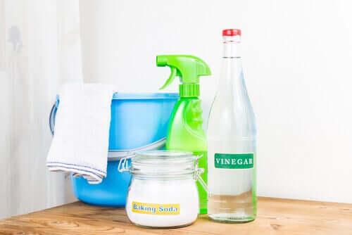 Le vinaigre blanc et bicarbonate de soude permettent de nettoyer les serviettes efficacement
