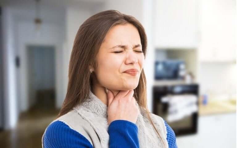 Une femme souffrant de troubles de la déglutition