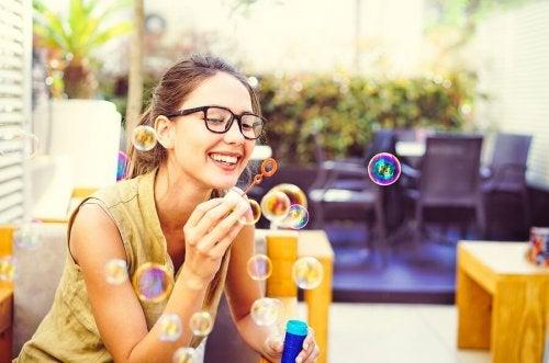 Faire des bulles : un des exercices de mindfulness s'avérant efficaces