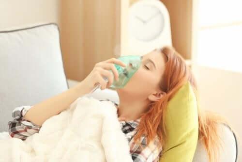 Une femme qui suit une oxygénothérapie