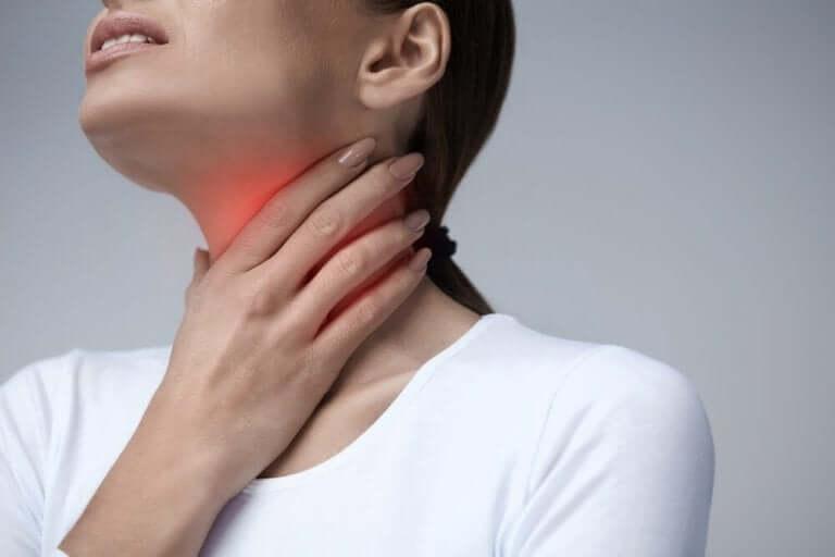 Les troubles de la déglutition peuvent engendrer des maux de gorge