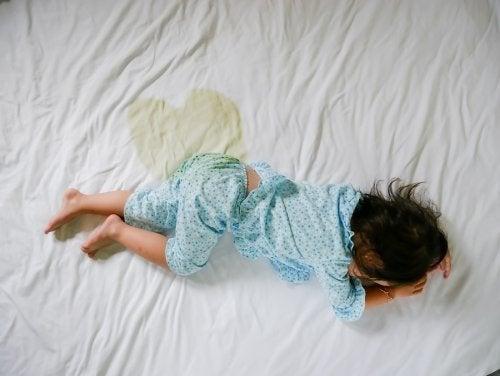 Un enfant qui souffre d'énurésie nocturne