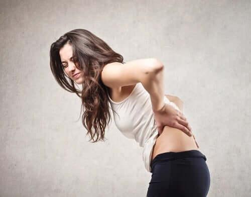 Une femme ayant mal au dos qui devait faire du renforcement musculaire