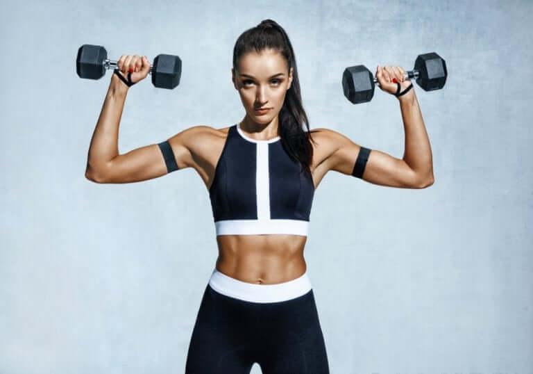 Une femme faisant du renforcement musculaire