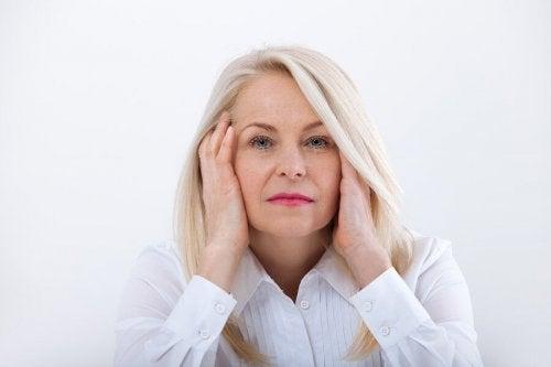 Une femme âgée ayant les symptômes de la ménopause