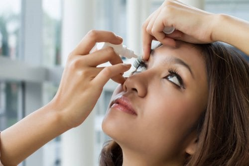 Une femme soignant son hypertension oculaire