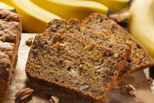 Un gâteau à la banane riche en fibres et pauvre en sucres aux noix