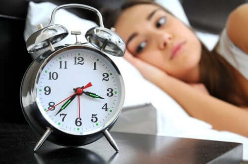 Une femme qui regarde son réveil
