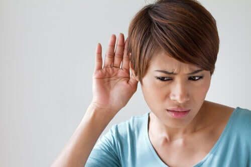Une femme avec des difficultés d'audition ayant besoin d'un implant cochléaire