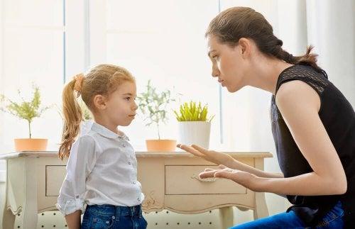 Une mère qui pose des limites à sa fille