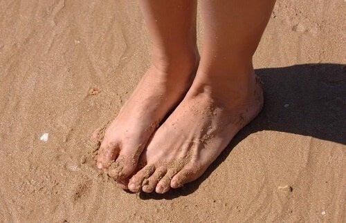 Des pieds plats dans le sable