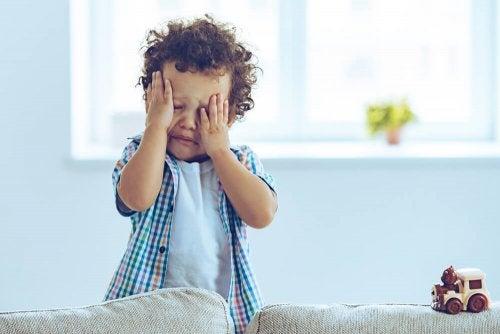 Un enfant qui pleure après une commotion cérébrale